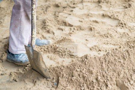 Photo pour Homme creusant dans le sol avec pelle et bêche . - image libre de droit