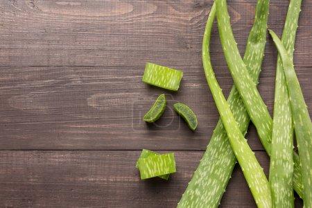 Photo pour Aloevera feuilles fraîches sur la table en bois. - image libre de droit