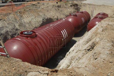 Photo pour Nouveaux réservoirs de carburant souterrains prêts à être enterrés dans une station-service ou un magasin pratique - image libre de droit