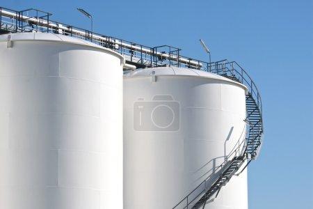 Photo pour Grands réservoirs de stockage dans une usine chimique . - image libre de droit