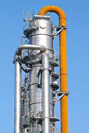 Photo pour A fractionating column of a petrochemical plant. - image libre de droit