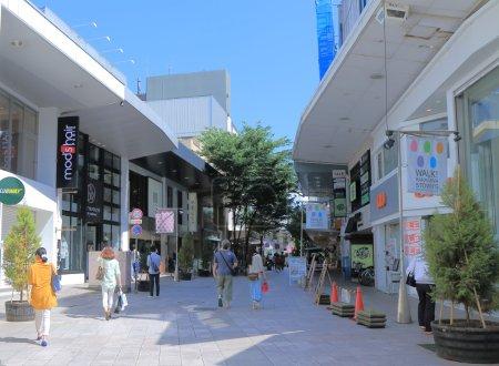 Photo pour KANAZAWA JAPAN - 14 JUNE, 2014:Unidentified people shop at Tatemachi Shopping arcade. Tatemachi Shopping arcade is one of the most popular shopping area in downtown Kanazawa. - image libre de droit