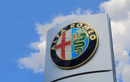Photo pour Melbourne Australie - 21 février 2015 : Alfa Romeo. Alfa Romeo est un constructeur automobile italien et a participé à de nombreuses catégories du sport automobile, y compris le Grand Prix automobile, formule 1. - image libre de droit