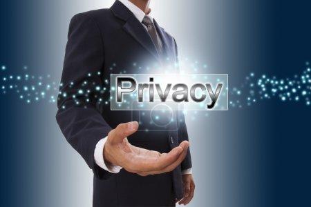 Photo pour Homme d'affaires main montrant la vie privée sur bouton écran virtuel. - image libre de droit