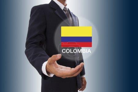 Photo pour Main d'homme d'affaires montrant drapeau de la Colombie - image libre de droit