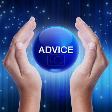 Photo pour Main montrant la boule de cristal bleu avec mot de conseils. concept d'affaires - image libre de droit