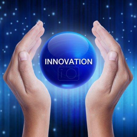 Photo pour Main montrant la boule de cristal bleu avec le mot de l'innovation. concept d'affaires - image libre de droit