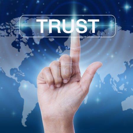 Foto de Pulsando la mano botón de confianza palabra. concepto de negocio - Imagen libre de derechos