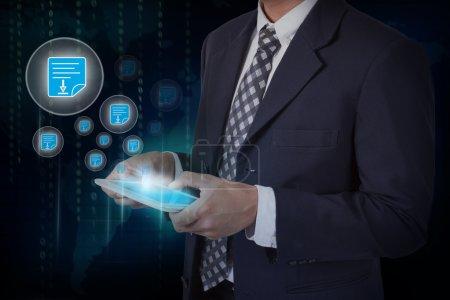 Photo pour Pressurage et homme d'affaires exploitation tablet téléchargement bouton icône de document. concept Internet et réseaux - image libre de droit