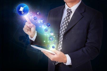 Photo pour Homme d'affaires tenant la tablette et appuyant sur le bouton icône de livraison. Internet et concept de réseau - image libre de droit