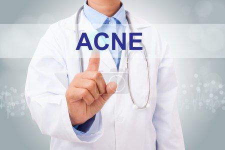 Photo pour Docteur main touchant signe d'acné sur écran virtuel. concept médical - image libre de droit