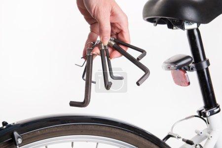 Photo pour Réglage et réparation du vélo avec la clé allen - tournage en studio - image libre de droit