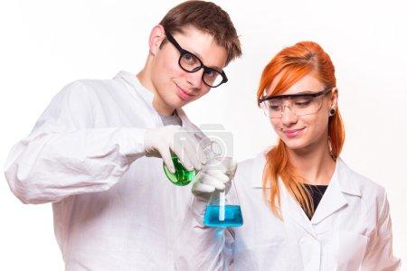 Photo pour Deux chimistes avec des tubes en laboratoire, faisant des expériences, tournage en studio - image libre de droit