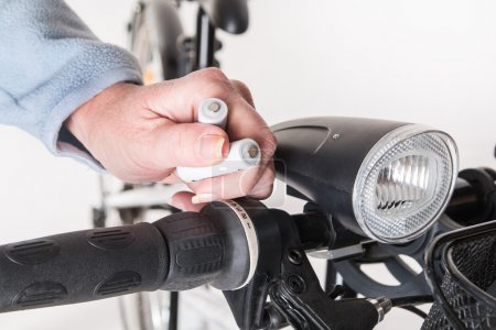 Replacing battery in bicycle front lamp