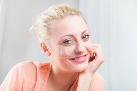 Photo pour Portrait de délicate et jolie jeune fille blonde - image libre de droit