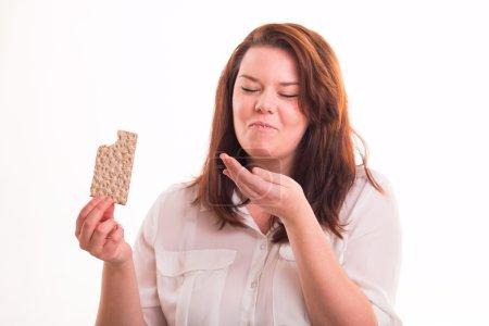 Photo pour Pain de faible teneur en calories dans womans main sur fond blanc - image libre de droit