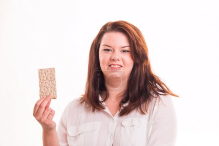 Photo pour Grosse fille aux cheveux longs, tenant alimentaire pain blanc - image libre de droit
