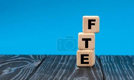 Photo pour Abréviation ETP (équivalent temps plein) sur cubes de bois sur fond bleu. Concept d'entreprise - image libre de droit