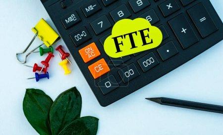 Photo pour ETP (équivalent temps plein) - mot sur feuille de note jaune sur fond blanc avec calculatrice, crayon, feuille verte et trombones - image libre de droit