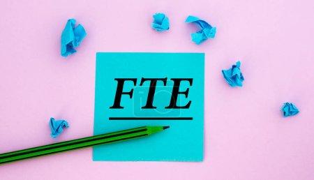 Photo pour ETP - acronyme sur un bout de papier sur fond rose avec des morceaux de papier émiettés bleus éparpillés. Concept d'entreprise - image libre de droit