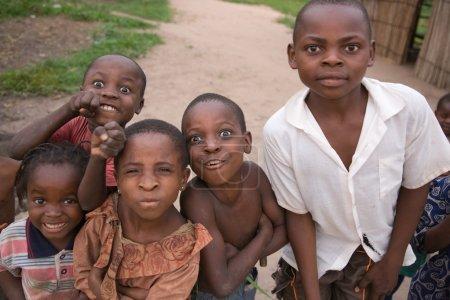 Photo pour RDC, République démocratique du Congo. Mission de l'UNICEF contre le tétanos en septembre 2008. La plupart des enfants congolais n'ont jamais vu un cameraman. - image libre de droit