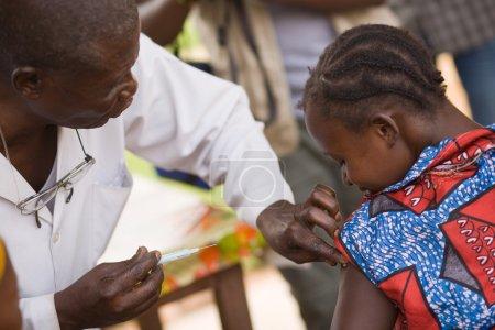 Photo pour RDC, République démocratique du Congo. Mission de l'UNICEF contre le tétanos en septembre 2008. Médecin de la mission de l'Unicef fait la vaccination antitétanique. - image libre de droit