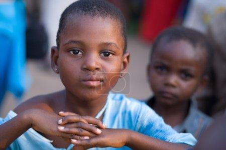 Photo pour Rdc, République démocratique du Congo. Mission de l'Unicef contre le tétanos en septembre 2008. Enfants congolais. - image libre de droit