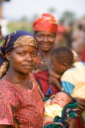 Photo pour RDC, République démocratique du Congo. Mission de l'UNICEF contre le tétanos en septembre 2008. Femme attendant dans la ligne de la vaccination. - image libre de droit