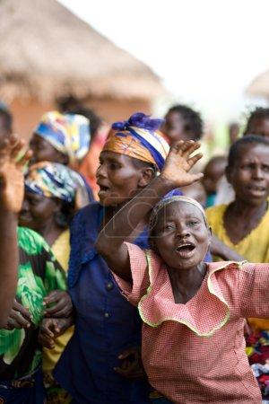 Photo pour RDC, République démocratique du Congo. Mission de l'UNICEF contre le tétanos en septembre 2008. Femme attendant dans la ligne de la vaccination. Ils sont heureux, les médecins leur donnent un espoir, que le tétanos horrible n'ai touché à eux après la vaccination. - image libre de droit