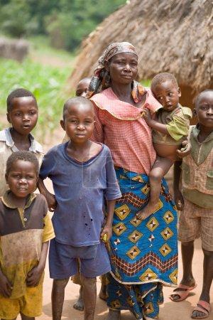 Photo pour RDC, République démocratique du Congo. Mission de l'UNICEF contre le tétanos en septembre 2008. Une femme congolaise ont l'abondance des enfants. Les femmes commencent à donner naissance à leurs enfants quand ils sont 14, ainsi qu'au cours de leur vie, ils le faire près de 15 fois. - image libre de droit