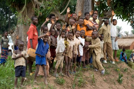 Photo pour RDC, République démocratique du Congo. Mission de l'UNICEF contre le tétanos en septembre 2008. Enfants du village est venu de dire bye-bye aux membres de la mission. - image libre de droit