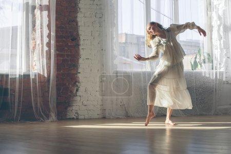 Photo pour Femme d'yang beau écouter de la musique et la danse dans le confort de la maison - image libre de droit