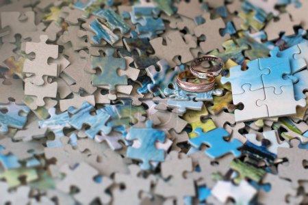 Photo pour Anneaux de mariage sur les Puzzles, concept art - image libre de droit