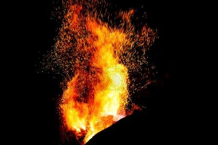 llama de fuego herrería puntas con chispas de primer plano