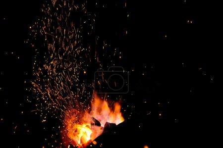 Photo pour La flamme jaillit d'une forge - image libre de droit