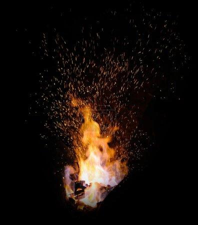 Photo pour Pointes de flamme de feu forge avec étincelles gros plan sur fond sombre - image libre de droit