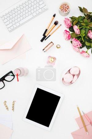 Foto de Bodegón de mujer de moda, vista superior de los objetos de moda mujer en blanco. Concepto de maqueta femenino - Imagen libre de derechos