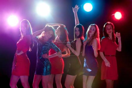 Photo pour Concept de parti, vacances, fête, vie nocturne et le peuple - souriant de jeunes belles filles danser au club - image libre de droit