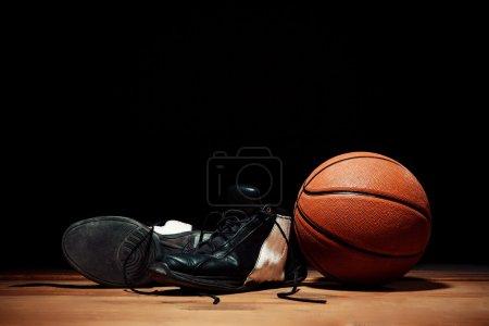 Photo pour Équipement de basket - ball et basket-ball baskets sur plancher en bois - image libre de droit