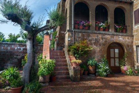 patio italien dans le vieux village de Pitigliano