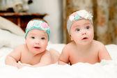 Dvě děti dvojčata, dívky v pěkné čelenky