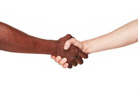 Photo pour Mains humaines noires et blanches dans une poignée de main moderne pour montrer l'un l'autre l'amitié et le respect - Lutte de bras contre le racisme. isolé sur le fond blanc - image libre de droit