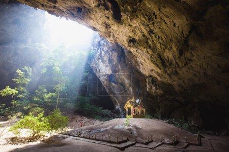 Photo pour Grotte de Nakhon Phraya est que l'attraction la plus populaire est un pavillon de quatre pignons construit pendant le règne du roi Rama sa beauté et l'identité distinctive du pavillon à Prachuap Khiri Khan, Thaïlande - image libre de droit