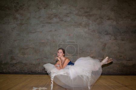 Photo pour La belle ballerine posant en jupe blanche longue sur fond sombre avec des perles - image libre de droit