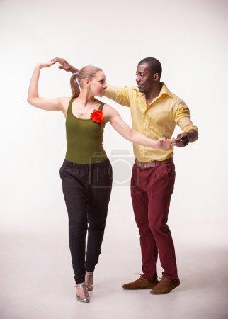 Photo pour Jeune couple danse social Salsa Caraïbes, studio tourné sur fond blanc. Émotions humaines positives. modèles africains et Caucasiens Black - image libre de droit