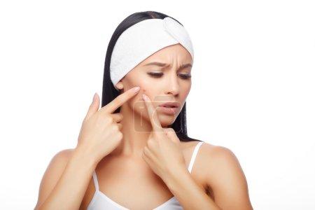 Photo pour Jeune femme serrant son bouton, enlevant le bouton de son visage. Concept de soins de la peau femme. tache d'acné bouton tache soins de beauté beauté fille appuyant sur le visage problème de peau . - image libre de droit