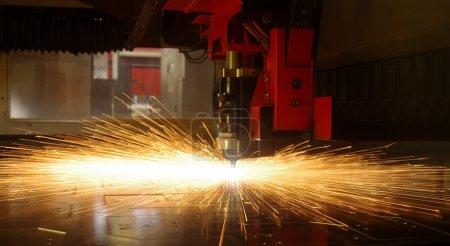 découpe laser de tôle avec des étincelles