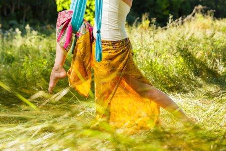 Photo pour Femme mûre faisant du yoga aérien dans un arbre vert - image libre de droit