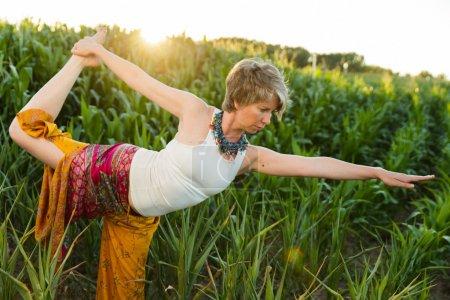 Photo pour Femme mûre faisant du yoga en plein air - image libre de droit