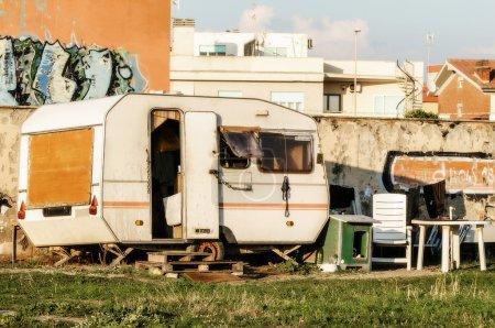 Photo pour Old caravan used like home from poor man - image libre de droit